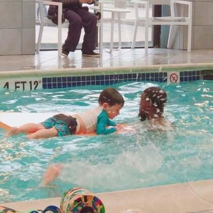 #宝宝##宝宝游泳#游泳课最开心的就是最后两分钟的耍垫时间。🤣🤣🤣