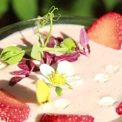 听说你们都喜欢草莓?那【草莓腰果奶昔】绝对不能错过!甜甜的草莓遇上营养的腰果,变成粉嫩嫩的奶昔,爱上就在一瞬间!