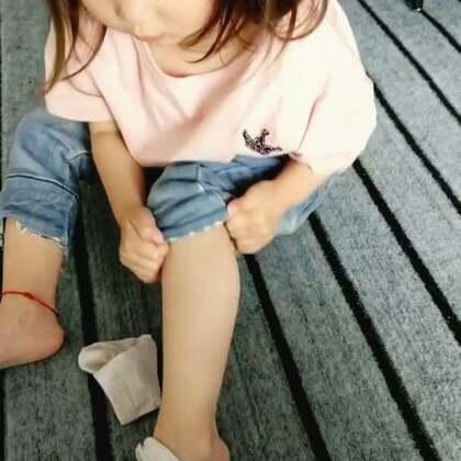 一说要出门玩穿袜子穿得比谁都快!可惜第二只怎么也穿不上了!急死宝宝了!😂#宝宝##咩咩#@宝宝频道官方账号 @美拍小助手