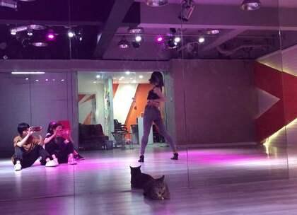 #舞蹈##孝琳dally#YuNa忘了一小段😜小调皮一下~!真的好好好看😍屁股超美。又是一首要火的歌