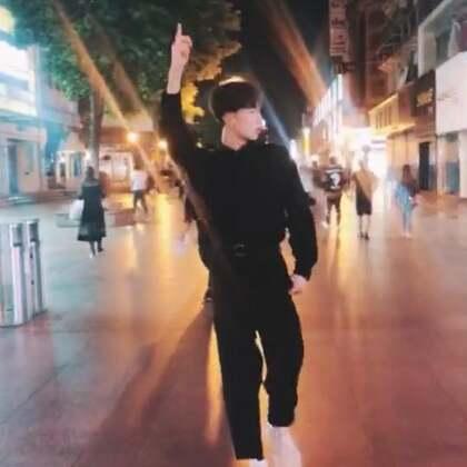 #扑粉舞# 整个武汉步行街都是我的. 我的主场😂#精选##舞蹈#