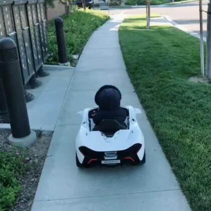 #宝宝#昨天带他开他的小白去遛弯,把我累的,果子可好,坐在车里,我就跟中南海保biao一样在旁边跑。开了半小时,他玩了40分钟,我跑了40分钟。玩完遥控车要玩三轮车,三轮车又半小时。陪完小王陪大王,你们别再问我怎么瘦下来的。