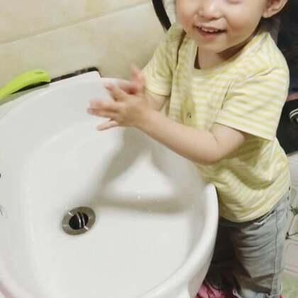 从小养成勤洗手的好习惯,让细菌远离宝宝~💪#宝宝##咩咩#@宝宝频道官方账号 @美拍小助手
