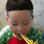 #宝宝##吃秀吃播#阿泡开始用筷子了,快来鼓励鼓励他呀~😂😋