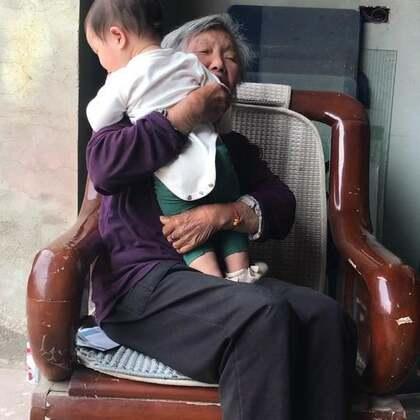 今天去看了我奶奶,今年81岁了,愿她老人家,健健康康、长命百岁🙏🙏 溪宝的水壶可能落在火车上了,我记得走的时候装在包里了,回家就不见了😂 #日常#