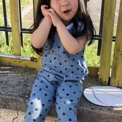 让我给她拍照 然后就开始做作的摆拍了 🤣#搞笑的emy##emy的日常##宝宝#