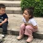 哈哈哈哈。弟弟想给naomi看他的🚗,naomi有点无所谓😂😂#宝宝#