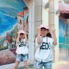 #双胎姐妹欢欢乐乐##宝宝#(七岁半)#舞蹈#,最近挺火的轻松欢快又减压#Dura##嘟啦Dura舞#,一起来跳吧🤟🤟