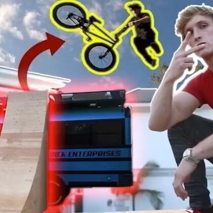 在我弟家玩自行车特技表演,太酷太刺激了!#热门##搞笑#