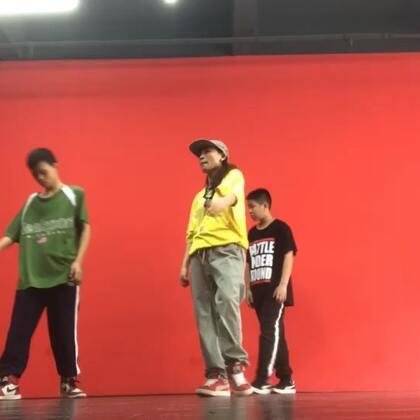 HIPHOP课堂今天母亲节,哈哈也祝自己第二个母亲节快乐嘻嘻#梧州spt舞蹈工作室##少儿hiphop#