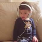 #宝宝##宝宝唱歌##音乐#哈哈,抢大人的耳机🎧戴头上,然后很认真地唱了一首歌。❤️