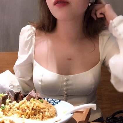 早上拍的购物分享被屏蔽了,正在想要不要重新来一次,有蛮多精彩的东西的。这个视频告诉大家我不是走可爱路线的,这件衣服真的巨漂亮,男生爱女生看。我的耳环终于派上用场了。我知道这个视频你们不会关注我吃的东西,会5分钟里都一直看我!#吃货##我要上热门@美拍小助手#