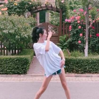前方何人报上名,有能耐你别跑~??#精选##大笑江湖##舞蹈#