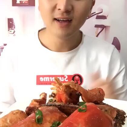 #吃秀#椒盐龙虾,我老婆的视频里有教程@王小二海鲜 很棒,很好吃😋😋龙虾198米2只,一斤的。还有8两的是三只哈😄😄