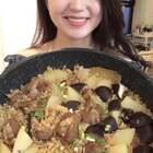 天太热,一锅整的排骨土豆焖饭!太赞了~我们说好的家常菜也要点赞呢😂#美食##小白亲子厨房#