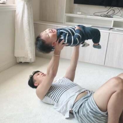 #宝宝#每天起床在家的亲子活动,时间允许的话,每天午觉和晚上洗澡我都会亲力亲为,他今天磕了一下电视柜,然后被地毯绊倒了。他自己去打柜子和地毯。我告诉他是自己摔的,自己磕的。爸爸帮你吹吹摸摸不疼,但是不可以赖柜子和地毯。他后来懂了。一张白纸就需要家长们一笔笔耐心的正确的画下去。