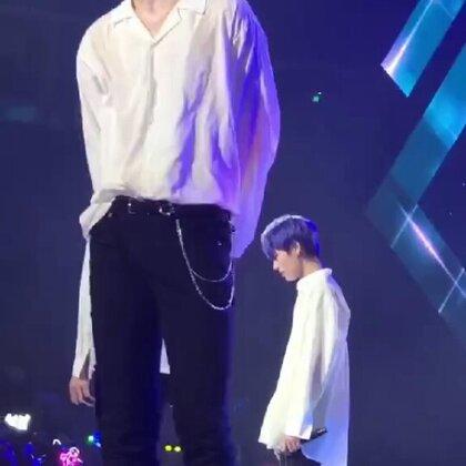 #蔡徐坤# 大长腿,🍉衬衣。。。坤坤你要诱惑多少人😁