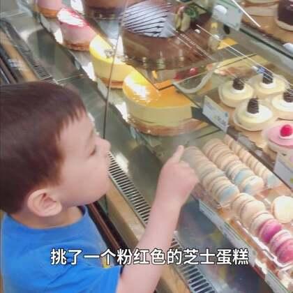 #宝宝##日常##彩虹#一起逛超市,这次非要坐在购物车里面。每次去超市他都要到甜品区报到自己挑蛋糕。回去的时候遇上一场暴雨,后来雨停的时候在阳台上看到了彩虹🌈。