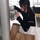 #郑爽# 机场和粉丝热聊,真是暖心又可爱啊!