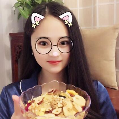 #吃秀##美食##吃货#中午出去吃大餐了,晚上吃一碗酸奶谷物燕麦片,好舒服!
