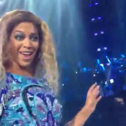 当碧昂斯在现场将话筒给粉丝时,粉丝的歌声让她震惊到了! !现在不会点唱功都不好意思站前排哈哈哈哈…😂 #外国视频精选#
