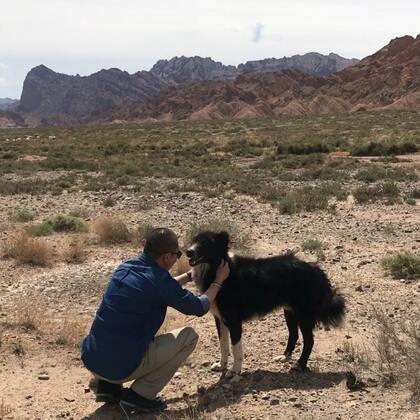 #宠物#天山神秘大峡谷(4)红石林深处 偶遇一只大狗 胆子小 不知道是不是远处谁家养的 四喜粑离开时对他说:好好活着💪🏻一面之缘 吃点喝点 聊表心意