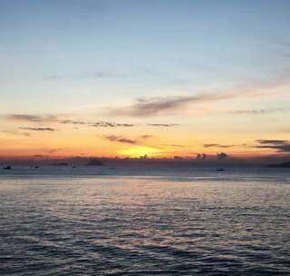 【金萍 越南】:大早上孤零零在芽庄街头晃荡,但有如此美的日出相伴也值得了!#动旅游Vlog##带着美拍去旅行##5分钟美拍#
