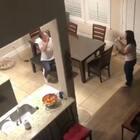 国外一网友听到妈妈在楼下唱歌,出去一看发现爸爸就坐在妈妈面前挥舞着筷子给她应援,头号迷弟没错了
