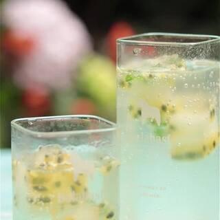 一分钟get酸爽可口的百香果气泡水,这才是百香果最正确的打开方式! 百香果加蜂蜜加薄荷冰成冰块,冲泡一杯汽泡水,加入冰好的百香果冰。绝对是夏日里的真爱哦!#美食##水果#饮品#