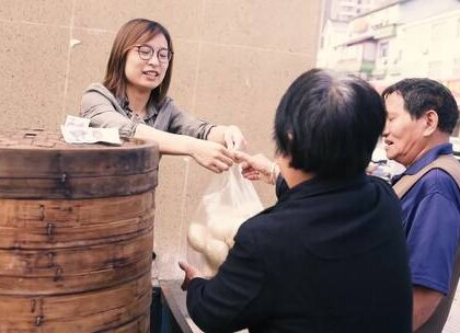 白领辞高薪工作卖馒头,祖传手艺一天最多卖3万多个,成馒头西施#二更视频##美食##我要上热门#