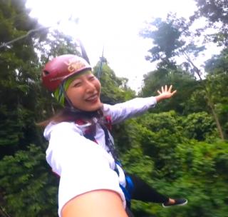 挑战凯恩斯丛林冲浪:在10层楼高的参天大树间飞檐走壁!#旅行##运动##女行# 像鸟儿一样从世界上最古老的密林间飞翔滑过,感觉像习得了盖世🍉,活像在拍武侠片!