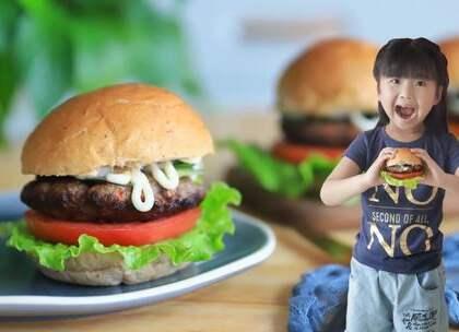 【牛肉汉堡】宝贝盼了好久,这下终于教她做啦!她超级开心呢!一定要记得摔打牛肉哦,这样它们才不会散,而且还会锁住水份,吃起来鲜嫩多汁~搭配上你喜欢的蔬菜,做一份健康的汉堡吧!#宝妈享食记##美食##宝宝#本期福利https://college.meipai.com/welfare/2ee946f45238ccb4 喜欢的点个赞呗~么么哒~