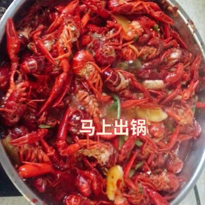 #吃秀##自制小龙虾#今天去朋友家吃小龙虾,买了五公斤回来👀吃的好爽,我来放毒,哈哈哈,我是第一次杀小龙虾,这个过程…………明天接着去姐姐家吃小龙虾🙈🙈🙈