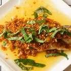 <油浸鲈鱼>换点不一样的方法来试试,加了点藿香,夏天吃了好哦#美食##海椒记##美食#