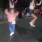 好厉害的小女孩!👍现在没点才艺都不敢当路人了。。。#精选##舞蹈#