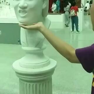 据说这是美术学院毕业展门口的明星表情包雕塑,个个都是人才啊