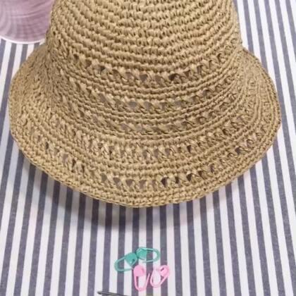 夏季镂空遮阳帽教程-1#手工#。 帽顶第一圈:环形起针,在圆圈里面钩8个短针。 (一共8针) 第二圈:钩8个短针的加针,也就是每一针里钩2针短针??。 (一共16针)