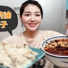 前几天你们都要的油泼辣子教程~陕西人的家里总是少不了的辣子罐罐,用途还是挺多的,你们多做点备着~酸菜饺子绝对是小白的最爱,喜欢油泼辣子的就点个赞~么么#美食##小白亲子厨房##中餐厅菜谱征集#