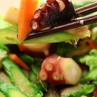 富含蛋白质的章鱼配上爽脆的芦...