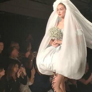 #海报网直击米兰时装周#@MOSCHINO莫斯奇诺 2019春夏大秀,模特在《婚礼进行曲》中登场,如此华丽又令人惊艳!是你梦想中婚礼的样子吗?