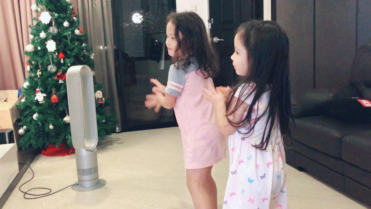 洗完澡换好睡衣,安妮来串个门,两个孩子跳跳舞就睡了。真好#宝宝#