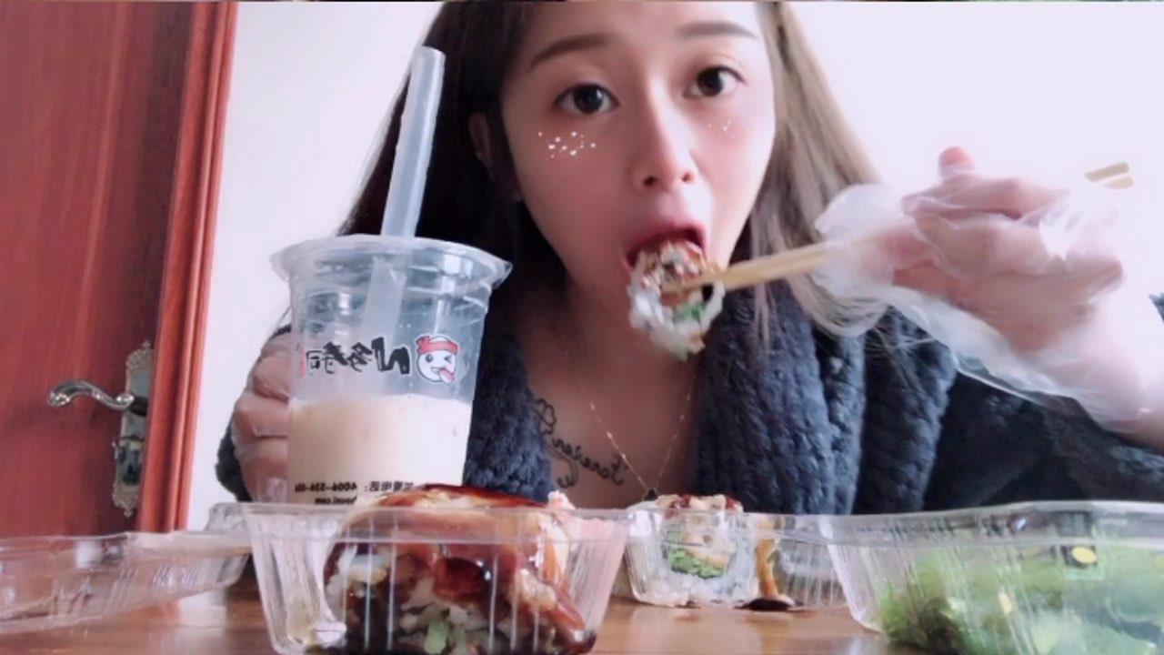 #吃秀##我要上热门@美拍小助手#哈哈上次吃寿司吃坏肚子,好久没吃了今天又想吃了好好吃哦😂今天又吃了..9个👀