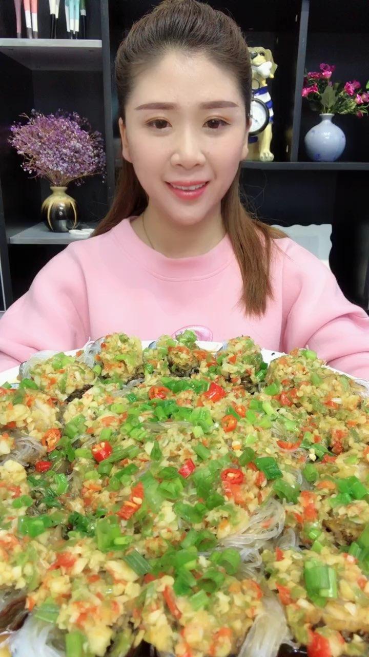 一盘蒜蓉粉丝鲍鱼,一盘海蜇丝,再来一碗米饭,我的中午饭!很美味的一餐~https://item.taobao.com/item.htm?spm=a1z38n.10677092.0.0.7db11debhlRuod&id=571291469530#我要上热门@美拍小助手##吃秀#