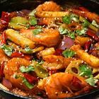 红亮鲜香的秘诀是郫县豆瓣酱,和洋葱爆出香气,再加食材混合,满屋子都满是神仙香味,还没出锅就忍不住偷吃两个虾。隔着屏幕的你有没有闻到这股香气?#美食#