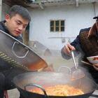 最近韩国的部队火锅好像特别火?看了网上好多视频感觉都还不错,光看色相还是能够吸引我的,今天买了一箱做了一大锅,味道其实还可以,就是这些食材都不是我最爱的,爷爷说再放点五花肉就好了哈哈哈!#美食##农村美食##开箱测评#