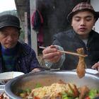 不知道怎么的,自从上次吃了新疆米粉之后,突然对新疆美食充满向往了,在网上发现新疆大盘鸡挺出名,于是照着做了一锅,有肉又有面,简直太过瘾了!#美食##农村美食##美食教程#