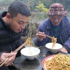 早听说武汉热干面非常好吃,虽然一直没机会去玩,不过有了网购和快递,想吃什么都不是问题。下单了一包5人份的热干面,应该还算正宗吧,今天煮来吃感觉味道太棒了,爷爷都赞不绝口!以后一定要去武汉吃吃最地道的!#美食##农村美食##美食教程#