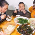婆婆煮一锅兔肉汤,家人又有口福了,宝宝看了自己装肉吃 #我要上热门##美食##农村#
