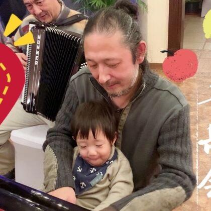 【这是一条会暴露年龄的视频哈??这些歌曲都是老电影里的??都看过嘛?】临近过年!我们家基本开启了夜夜笙歌模式~小米子算是在音乐里泡大的啦!今天第一次见到了手风琴~超级感兴趣!不过最最喜欢的还是爸爸抱着他弹钢琴??见了很多陌生的叔叔阿姨,他一点也不害羞~往人堆里扎!哈哈~谁抱都行!