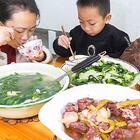 婆婆姐妹送的大猪蹄,儿媳割一块肉炖酒糟,家人越吃越有味 #我要上热门##美食##农村#
